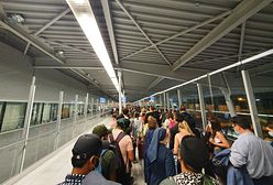 Warszawa. Setki osób uwięzionych w korytarzu na lotnisku. Kilkadziesiąt minut oczekiwania