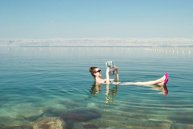 Można unosić się na powierzchni Morza Martwego, nawet czytając gazetę