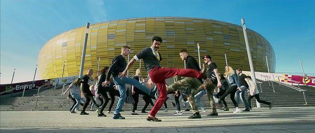 Scena taneczna na tle stadionu w Gdańsku