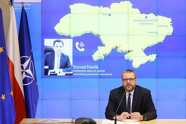 Rzecznik MSZ Marcin Wojciechowski podczas wideokonferencji z przebywającym w Charkowie podsekretarzem stanu ds. polityki wschodniej, polonijnej i rozwojowej Konradem Pawlikiem