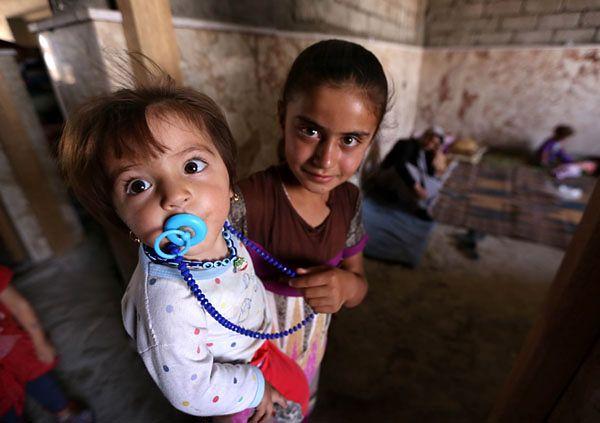Dzieci-uchodźcy z Sindżaru w tymczasowym schronisku w mieście Dahuk