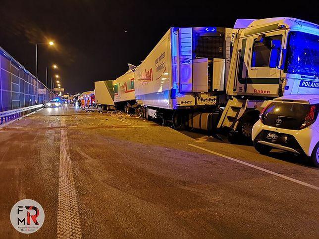 A2. Węzeł Konotopa w Warszawie. Zderzyły się dwie ciężarówki i dwa pojazdy osobowe (Fotografia Ratownicza Maciej Rasiński)