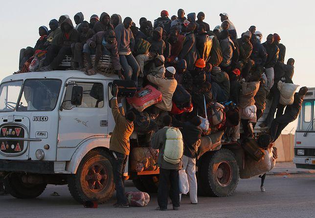 W takich warunkach podróżują migranci i uchodźcy w Libii