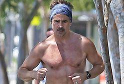 Colin Farrell biega bez koszulki. Jego buty zwracają szczególną uwagę
