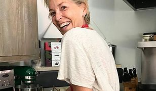Sharon Stone pokazała, jak gotuje. Wszyscy patrzą jednak na to, co wystaje spod fartuszka