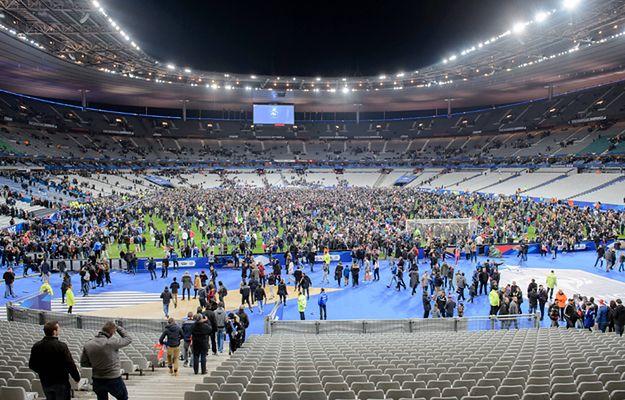 Fani piłki nożnej zbierają się na minutę ciszy po zamachach w Paryżu 13 listopada 2015 r.