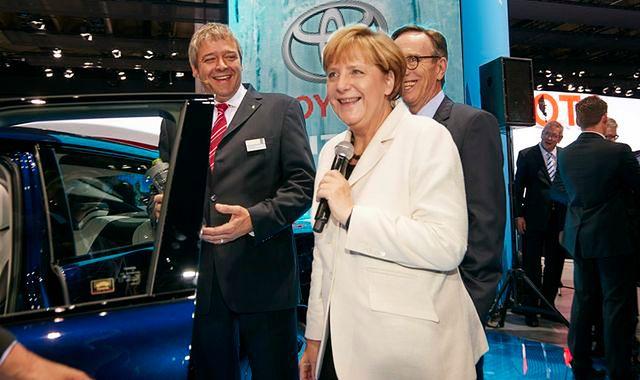 Angela Merkel podziwiała Toyotę Mirai we Frankfurcie