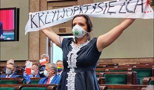 Zaprzysiężenie Andrzeja Dudy. Klaudia Jachira o swoim transparencie
