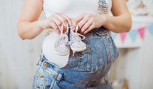 Ogrodniczki to jedne z najbardziej popularnych jeansów dla kobiet w ciąży