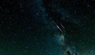 Perseidy 2020. Spadające gwiazdy na nocnym niebie