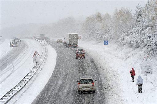 Atak śnieżycy - 100 osób ewakuowano z zasypanych aut