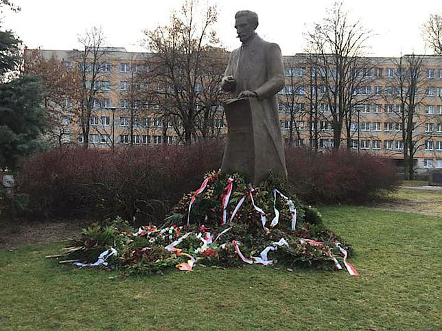 Znajdujący się na placu Na Rozdrożu monument otoczony jest bukietami kwiatów złożonymi tu półtora miesiąca temu