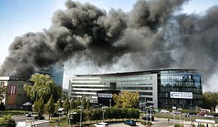Pracowników okolicznych biur zaniepokoił unoszący się nad budynkami dym