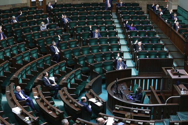 """Koronawirus w Polsce. Próbne głosowanie nad """"tarczą antykryzysową"""" z problemami"""