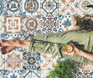 Kolorowe akcenty na podłodze w salonie lub kuchni przywodzą na myśl wakacyjne podróże