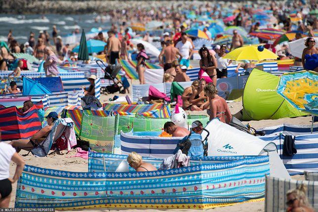 Plaża we Władysławowie pełna turystów w sezonie