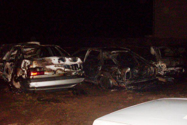 W nocy w Węglewie spłonęło sześć samochodów