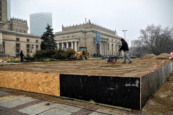 Trwa budowa lodowiska przed PKiN-em w Warszawie