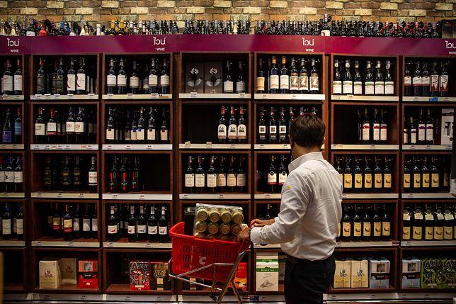 Alkohol mocno promowany. Przez 5 miesięcy 400 tys. razy promowano trunki w polskich sklepach