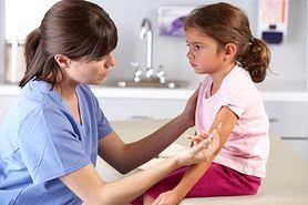 Rodzice unikają szczepień obowiązkowych - ile może kosztować taka decyzja?