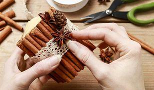 Samodzielne zrobienie świecy zapachowej to nic trudnego - wystarczą kawałki starych świec i gruby bawełniany sznurek.