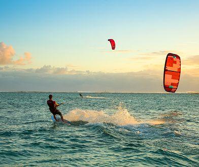 Wystarczy kilkanaście godzin treningu, żeby opanować pływanie na desce z żaglem i poczuć przypływ adrenaliny
