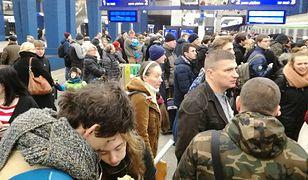 Przez opóźnienia pociągów pasażerowie w wielu miejscach w Polsce muszą się dziś uzbroić w cierpliwość.