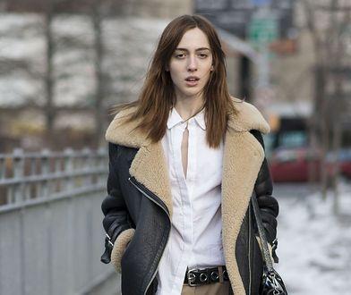STREET STYLE: Skórzana kurtka z kożuszkiem i białe detale