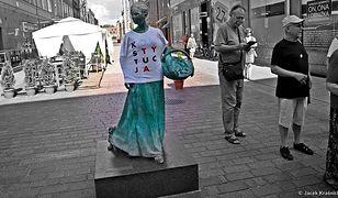 Toruńska piernikarka w koszulce KOD