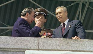 Leonid Breżniew z gen. Wojciechem Jaruzelskim i Edwardem Gierkiem na w czasie defilady wojskowej przed Pałacem Kultury i Nauki. 22 lipca 1974 r.