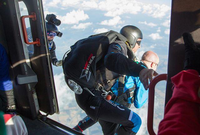 Ekstremalny skok ze spadochronu - zobacz