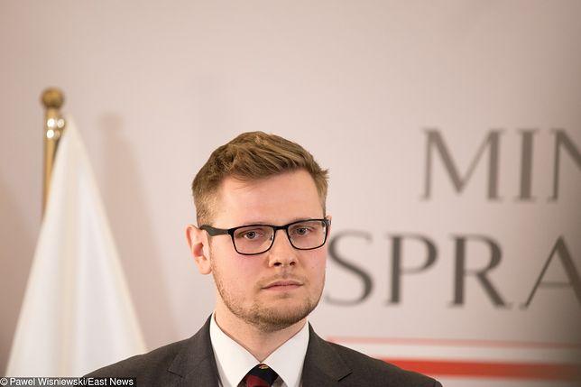 Michał Woś zdobywa 40 tysięcy głosów. To 27-letni wiceminister Zbigniewa Ziobry
