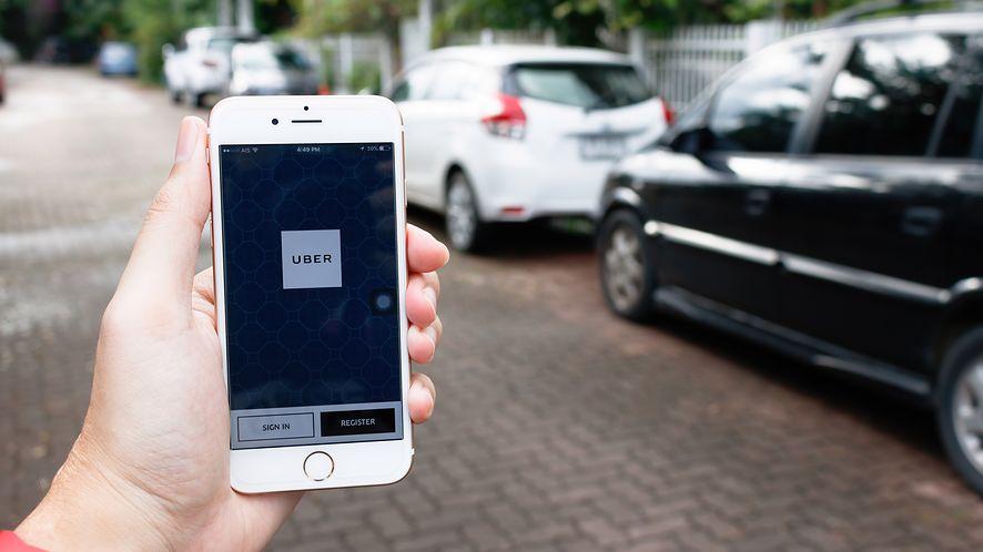 Aplikacja Ubera obsługuje już Apple Pay. (depositphotos)