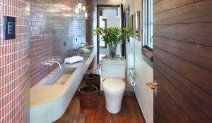 Aranżacja wąskiej łazienki: triki, dzięki którym wyda się szersza. Zdjęcia łazienek