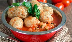 Ryżowo-marchewkowe kulki z sosem pomidorowo-cukiniowym