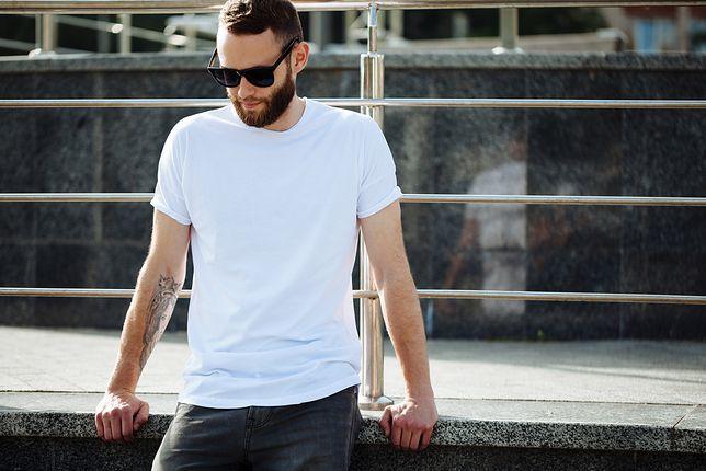 Biały T-shirt to podstawa