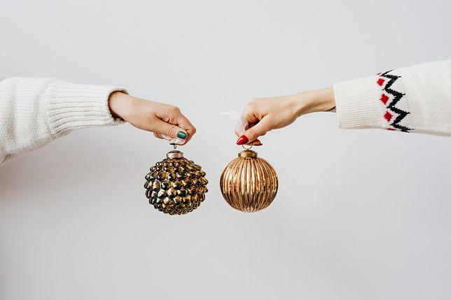 Jak przechowywać choinkę, bombki i lampki? Sprytne patenty