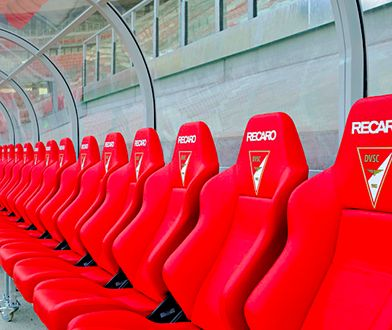 Wygląd ławek na meczach piłkarskich może zaskakiwać.