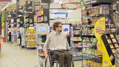 Robot w sklepach Auchan pomoże w zakupach ludziom starszym i kalekim