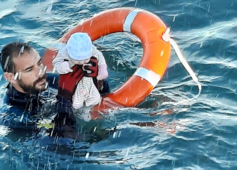 Dziecko uratowane. Zdjęcie obiegło świat