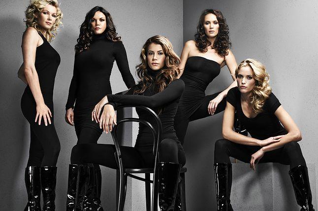 Zdjęcie z sesji z okazji wydania Tomb Raider: Anniversary. Od lewej: Nell McAndrew, Lara Weller, Karima Adebibe, Lucy Clarkson i Jill de Jong. Rhona Mitra nie zgodziła się na udział.