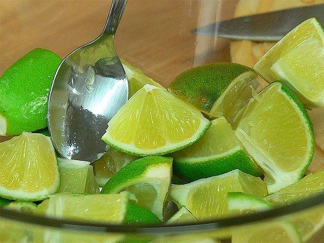Sok z limonki i bazylia