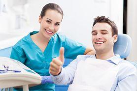 Piaskowanie zębów cena – charakterystyka, przeciwwskazania, zalecenia po zabiegu, koszt usługi