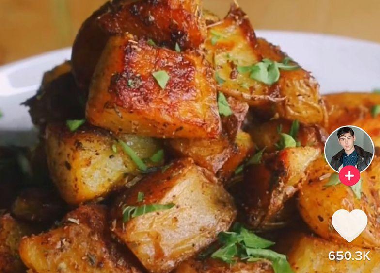 Hit TikToka. Przepis na idealne pieczone ziemniaki