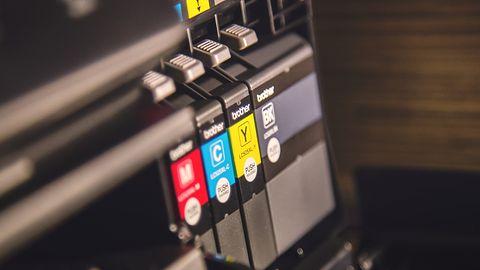 Masz Windowsa 10 i przewodową drukarkę? Bez dostępu do internetu szybko jej nie zainstalujesz