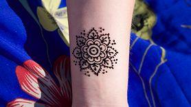 Niebezpieczne tatuaże z henny. Dziewczynka poparzona (WIDEO)