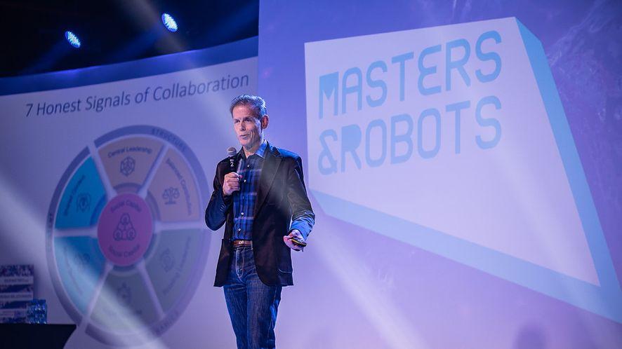 Dr Peter Gloor na scenie podczas wykładu w ramach Masters & Robots, fot. Materiały prasowe