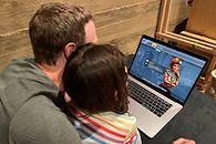 Dumny Mark Zuckerberg gra ze swoją córką na PC - Mark Zuckerberg i jego córka Max grają w Civilization