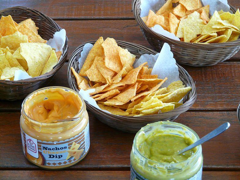 Prosty przepis na domowe nachos. Pyszna meksykańska przekąska