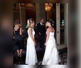 Teściowa założyła białą suknię na ślub syna. Synowa ją tłumaczy